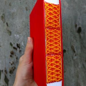 Piros és narancs könyv, Művészet, Más művészeti ág, Könyvkötés, Szövés, A6-os méretű, piros borítójú, fehér lapos, nyitott és szőtt gerincű kiskönyv., Meska