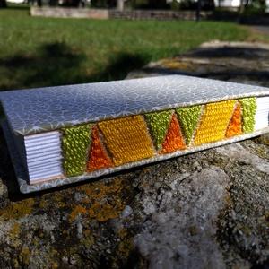 Színes gerincű könyv, Művészet, Más művészeti ág, Könyvkötés, Szövés, A6-os méretű, világos alapon halványzöld mintás borítójú, fehér lapos, nyitott és szőtt gerincű kisk..., Meska