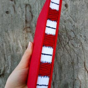 Piros díszített gerincű könyv, Művészet, Más művészeti ág, Könyvkötés, Szövés, A6-os méretű, piros borítójú, fehér lapos, nyitott, szövéssel díszített gerincű kiskönyv...., Meska