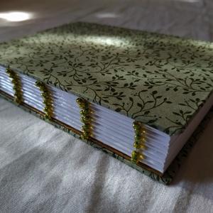 Zöld gyöngyös könyv, Művészet, Más művészeti ág, Könyvkötés, Gyöngyfűzés, gyöngyhímzés, A6-os méretű, zöld, növénymintás borítójú, fehér lapos, nyitott, zöld gyöngyökkel díszített gerincű ..., Meska