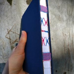 Kék díszített gerincű könyv, Művészet, Más művészeti ág, Könyvkötés, Szövés, A6-os méretű, kék borítójú, fehér lapos, nyitott, varrással és szövéssel díszített gerinces kiskönyv..., Meska