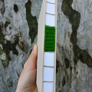 Mohás könyv, Művészet, Más művészeti ág, Könyvkötés, Szövés, A6-os méretű, bézs borítójú, fehér lapos, nyitott, zöld szövéssel díszített gerinces kiskönyv...., Meska