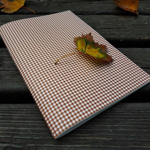 Kocka mintás vázlatfüzet, Művészet, Más művészeti ág, Könyvkötés, A4-es méretű, barna kocka mintás borítójú, félfamentes rajzlapokat tartalmazó vázlatfüzet., Meska