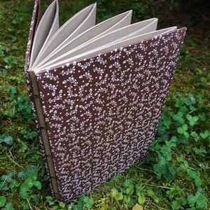 Barna, virágos vázlatfüzet, Művészet, Más művészeti ág, Könyvkötés, B5-ös méretű, barna alapon fehér virágmintás virágmintás, nyers barna lapos, nyitott gerincű vázlatf..., Meska