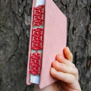 Apró rózsaszín könyv, Művészet, Más művészeti ág, Könyvkötés, Szövés, A7-es méretű, rózsaszín borítójú, fehér lapos, nyitott és szőtt gerinces kiskönyv., Meska