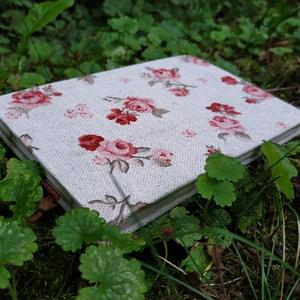 Kis rózsás vázlatfüzet, Művészet, Más művészeti ág, Könyvkötés, A6-os méretű, rózs mintás borítójú, félfamentes rajzlapokból álló, nyitott gerincű vázlatfüzet..., Meska