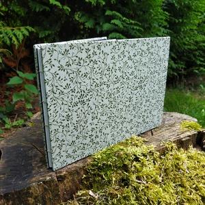Zöld növénymintás vázlatfüzet, Művészet, Más művészeti ág, Könyvkötés, A5-ös méretű, zöld növénymintás borítójú, félfamentes rajzlapokat tartalmazó, nyitott gerinces vázla..., Meska