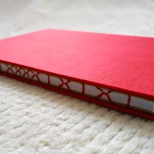 Piros x-mintás vázlatfüzet, Művészet, Más művészeti ág, Könyvkötés, A5-ös méretű, piros borítójú, fehér rajzlapokból álló, nyitott és x-mintájú varrással díszített geri..., Meska