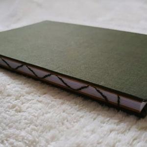 Zöld hullám mintás vázlatfüzet, Művészet, Más művészeti ág, Könyvkötés, A5-ös méretű, zöld borítójú, fehér rajzlapokból álló, nyitott, hullám mintájú varrással díszített ge..., Meska