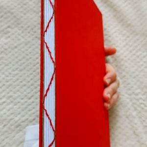 Piros hullám mintás vázletfüzet, Művészet, Más művészeti ág, Könyvkötés, A5-ös méretű, piros borítójú, fehér rajzlapokból álló, nyitott, hullám mintájú varrással díszített g..., Meska