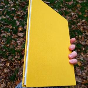 Sárga vázlatfüzet, Művészet, Más művészeti ág, Könyvkötés, A5-ös méretű, sárga, kemény borítójú vázlatfüzet. Gerince nyitott így könnyen és stabilan lehet bele..., Meska