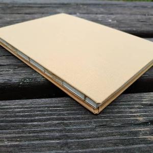 Tejeskávé színű füzet, Művészet, Más művészeti ág, Könyvkötés, A5-ös méretű, kemény, tejeskávé színű borítójú füzet, újrahasznosított papírokkal. Alkalmas egyaránt..., Meska