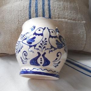 Két kék madár - kerámia bögre, Otthon & lakás, Konyhafelszerelés, Bögre, csésze, Kerámia, Kézzel korongozott, írókázott, nagy méretű kerámia bögre.\nA termék mikrózható, mosogatógépben elmosh..., Meska