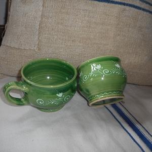 Zöld hullám - Kerámia bögre 2db, Otthon & lakás, Konyhafelszerelés, Bögre, csésze, Kerámia, Kézi korongozású, írókázott díszítésű, közepes méretű bögre.\nA termék mikrózható, mosogatógépben elm..., Meska