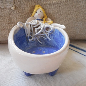 Kádban - Kerámia szappantartó, Otthon & lakás, Lakberendezés, Kerámia, Korongozott alapra agyagból formázott, festett, mázazott angyallányka.\nEgyedi darab.\nMéretek:\nMagass..., Meska