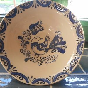 Kék madár - Kerámia dísztányér, Otthon & lakás, Lakberendezés, Falikép, Kerámia, A székely kerámiák stílusában, egyedileg megtervezett dísztányér.\nÁtmérő:18,5cm, Meska