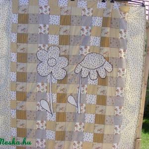 patchworkmintás takaró 2 szál virággal a közepén, Lakberendezés, Otthon & lakás, Lakástextil, Takaró, ágytakaró, Varrás, Egyedi készítésű takaró lányoknak\nméret: 200x160cm\nEz a takaró alkalmas ágy letakarására és takarózá..., Meska