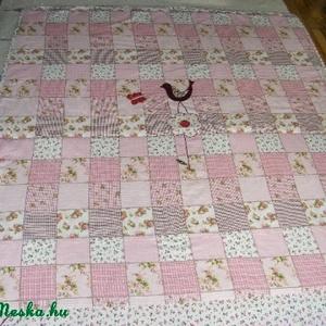 patchworkmintás rózsaszín takaró, madárkás, falvédő, Takaró, Lakástextil, Otthon & Lakás, Varrás, Patchwork mintás takaró madárkával és virággal a közepén!\n\nEgyedi készítésű takaró lányoknak\nméret: ..., Meska