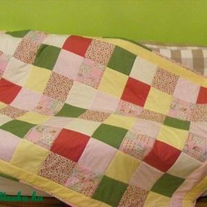 Zöld-sárga-rózsaszín,patchwork takaró 16x16cm-es kockákból, falvédőnek is alk., Falvédő, Lakástextil, Otthon & Lakás, Varrás, Patchwork, foltvarrás, Egy hasznos takaró lányoknak\nméret: 190x115cm\nEz a takaró alkalmas ágy letakarására és takarózásra i..., Meska