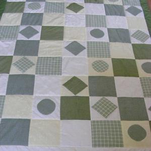 Zöld kockás patchwork takaró, falvédő szettben, Otthon & lakás, Lakberendezés, Lakástextil, Falvédő, Takaró, ágytakaró, Varrás, Patchwork, foltvarrás, Egy hasznos takaró kamaszoknak, fiúknak\nméret: 220x130cm, falvédő 200x75cm\nEz a takaró alkalmas ágy ..., Meska