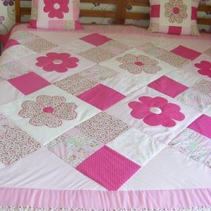 Pink patchwork takaró, nagy virágokkal, Lakberendezés, Otthon & lakás, Lakástextil, Takaró, ágytakaró, Varrás, Egyedi készítésű takaró lányoknak\nméret: 200x180cm\nEz a takaró alkalmas ágy letakarására és takarózá..., Meska