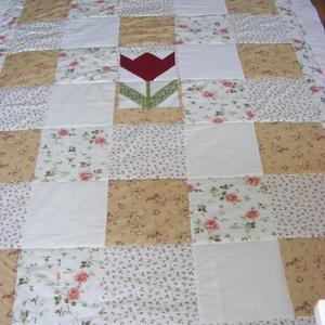 patchwork takaró apró kockákból, pasztell színekből, Lakberendezés, Otthon & lakás, Lakástextil, Takaró, ágytakaró, Varrás, Patchwork, foltvarrás, Egyedi készítésű takaró, tulipánnal  a közepén \nméret:200X120cm\nEz a takaró alkalmas ágy letakarásár..., Meska
