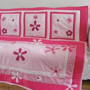 Pink patchwork takaró, falvédő virág, és pillangó mintával - RENDELHETŐ, Ágytakaró, Lakástextil, Otthon & Lakás, Varrás, Patchwork, foltvarrás, Egyedi készítésű takaró lányoknak\nméret: 160x90cm\nEz a takaró alkalmas ágy letakarására és takarózás..., Meska