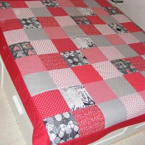 Piros-szürke patchwork takaró, Lakberendezés, Otthon & lakás, Lakástextil, Falvédő, Takaró, ágytakaró, Varrás, Patchwork, foltvarrás, méret: 200X200cm\nAz anyagot varrás előtt kimostam, tehát nem fog összemenni( be van avatva) A bélés ..., Meska