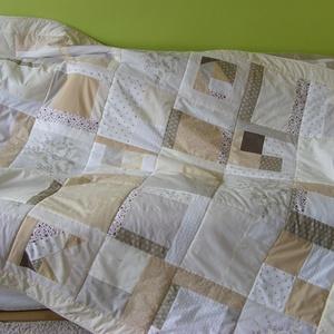 Crazy Patchwork takaró, pasztell-barna színekkel, Otthon & lakás, Lakberendezés, Lakástextil, Takaró, ágytakaró, Varrás, Patchwork, foltvarrás, A takaró 29x29cm-es kockákból készült, ezen belül, szabálytalan darabok vannak összevarrva,csipke, é..., Meska