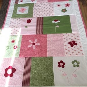 Rózsaszín-zöld patchwork takaró, falvédő, virág pillangó diszítéssel, Lakberendezés, Otthon & lakás, Lakástextil, Takaró, ágytakaró, Varrás, Egyedi készítésű takaró lányoknak\nméret: 180x100cm\nEz a takaró alkalmas ágy letakarására és takarózá..., Meska