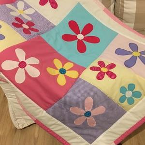 patchwork takaró virág diszítéssel, Lakberendezés, Otthon & lakás, Lakástextil, Takaró, ágytakaró, Varrás, Patchwork, foltvarrás, méret:200x130 cm\n\nEz a takaró alkalmas ágy letakarására és takarózásra is. . Az anyagot varrás előtt..., Meska