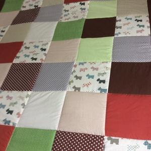 Zöld-barna  patchwork takaró kutya mintával falvédőnek is alk., Lakberendezés, Otthon & lakás, Lakástextil, Falvédő, Takaró, ágytakaró, Varrás, Patchwork, foltvarrás, Méret: 200x180cm\nEz a takaró alkalmas ágy letakarására és takarózásra is.Az anyagot varrás előtt kim..., Meska