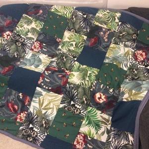 Bútorvászon virágmintás patchwork takaró, falvédő, Falvédő, Lakástextil, Otthon & Lakás, Varrás, Patchwork, foltvarrás, Patchwork falvédő, \n\n\nA két réteg közé vatelint raktam, így szép tartása van.\nAz anyagokat varrás el..., Meska
