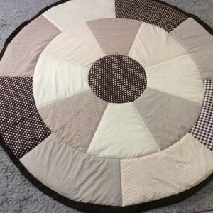 Barna-drapp patchwork takaró, összehúzható játszószőnyeg , Otthon & lakás, Lakberendezés, Lakástextil, Falvédő, Takaró, ágytakaró, Varrás, Patchwork, foltvarrás, Méret: átmérő:150cm \nA játszószőnyeg szélén egy behúzó van, amivel össze lehet húzni és így az ott m..., Meska