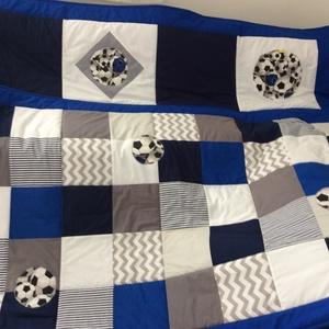 Kék kockás patchwork foci labdával falvédő, takaró szettben is rendelhető, Otthon & Lakás, Lakástextil, Falvédő, Varrás, Patchwork, foltvarrás, Egy hasznos takaró kamaszoknak, fiúknak\nTakaró mérete: 220x130cm, ára: 22.000 Ft\n falvédő 200x75cm, ..., Meska