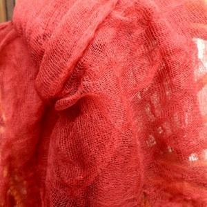 Csipkebokor-Gézbarlang, Táska, Divat & Szépség, Sál, sapka, kesztyű, Ruha, divat, Sál, Festett tárgyak, Varrás, Csipkebokor, géz sál:\nBordó textilfestékkel színezett géz sál.\nBármelyik ruhának nagyszerű kiegészít..., Meska