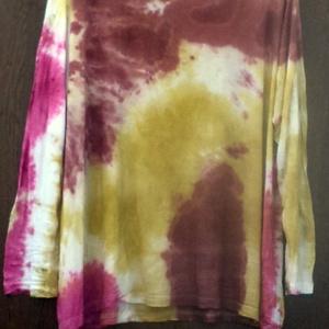 Színes kavalkád, Táska, Divat & Szépség, Női ruha, Ruha, divat, Ruha, Festett tárgyak, Újrahasznosított alapanyagból készült termékek, Vékony,pamut felső,több színnel festve,igazi színes,vidám kavalkádot alkotva a ruhán.\nMéret:M-L-XL\nM..., Meska