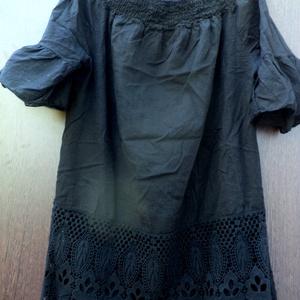 Drámai szépség, Táska, Divat & Szépség, Női ruha, Ruha, divat, Blúz, Festett tárgyak, Foltberakás, Fekete színnel festett, vászon blúz,gumis nyakkal,széles csipke rátéttel az alján.\nMéret: M-L-XL/ aj..., Meska