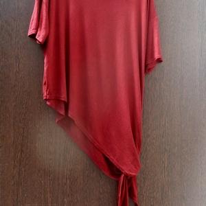 Mediterrán nyár, Táska, Divat & Szépség, Ruha, divat, Női ruha, Ruha, Varrás, Festett tárgyak, Burgundi vörös ,féloldalas póló. \nHosszabbik oldalán csomóra,masnira köthető.\nMérete: M-L-XL\nMellbős..., Meska