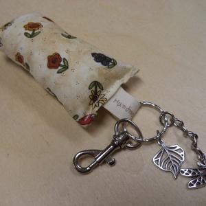 Kulcstartó - virágos, tulipános, Otthon & lakás, Lakberendezés, Varrás, Virágos, tulipános kulcstartó karabínerrel, fém medálokkal.\nMedál: szitakötő, levél\nMérete 4,5x8,5 c..., Meska