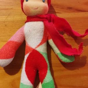Tarka ruhás waldorf mini manó  (Kingarts) - Meska.hu