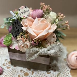 Anyák napi faládika, Otthon & Lakás, Dekoráció, Asztaldísz, Virágkötés, Többféle selyemvirággal, saját készítésű dekorvirággal és termésekkel díszített asztaldísz húsvétra...., Meska