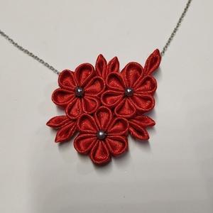 Gyönyörű piros virágos nyaklánc, Ékszer, Nyaklánc, Medálos nyaklánc, Mindenmás, Ékszerkészítés, Kézzel készített, hátul filccel megerősített gyönyörű, erőteljes piros színű nyaklánc, mely hétközna..., Meska