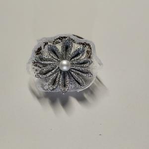 Csipkés ezüst virágdíszes hajgumi, Ruha & Divat, Hajdísz & Hajcsat, Hajgumi, Mindenmás, Kanzashi technikával készítettem, fémes szalag és csipke kombinálásával, a gumihoz pedig filccel rög..., Meska