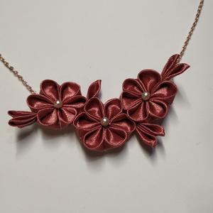 Bronz rozé, szatén szalag nyaklánc, Ékszer, Nyaklánc, Medálos nyaklánc, Ékszerkészítés, Mindenmás, Csodálatosan mutató nyaklánc, melyet kézzel készítettem. A virágok közepén törtfehér gyöngyök láthat..., Meska