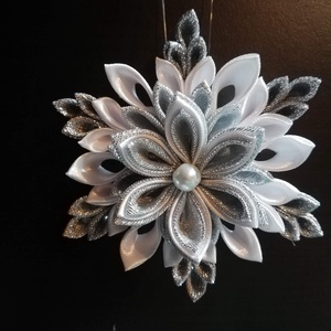 Kanzashi hópehely karácsonyfadísz, Karácsony & Mikulás, Karácsonyfadísz, Mindenmás, Nekem személy szerint ez a kedvenc karácsonyfadíszem. Elkészíteni is nagy öröm, hiszen kisebb kihívá..., Meska