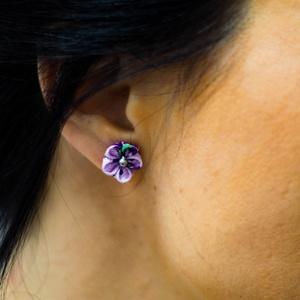 Kis lila virágos fülbevaló, Ékszer, Fülbevaló, Pötty fülbevaló, Ékszerkészítés, Mindenmás, Kanzashi technikával készült, grosgarin szalagból, kb fél centis szirmokból összerakva. A virágok kö..., Meska