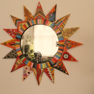 Fali tükör , Lakberendezés, Otthon & lakás, Képkeret, tükör, Famegmunkálás, Festett tárgyak, Aprólékos munkával készített színes, napocskás falitükör. Kétféle változat készül, belső csíkozott p..., Meska