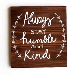 Mindig maradj alázatos és kedves. lakás dísz, otthon felirat, dekoráció, dekor, függődísz, falikép, ajándék, falidísz, Otthon & Lakás, Dekoráció, Falra akasztható dekor, Fotó, grafika, rajz, illusztráció, Festészet, Magyarul is rendelhető ez a kedves inspiráló tábla. Jó emlékeztető lehet felnőtteknek, gyerekeknek e..., Meska