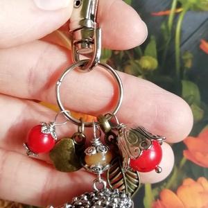 Süni, alma, levél, piros korall és narancs aventurin kulcstartó vagy táskadísz, karabiner , Táska & Tok, Kulcstartó & Táskadísz, Táskadísz, Gyöngyfűzés, gyöngyhímzés, Őszi hangulatú kulcstartót vagy táskadíszt készítettem ezüst színű süni függőből (alja üreges, 2,4 c..., Meska